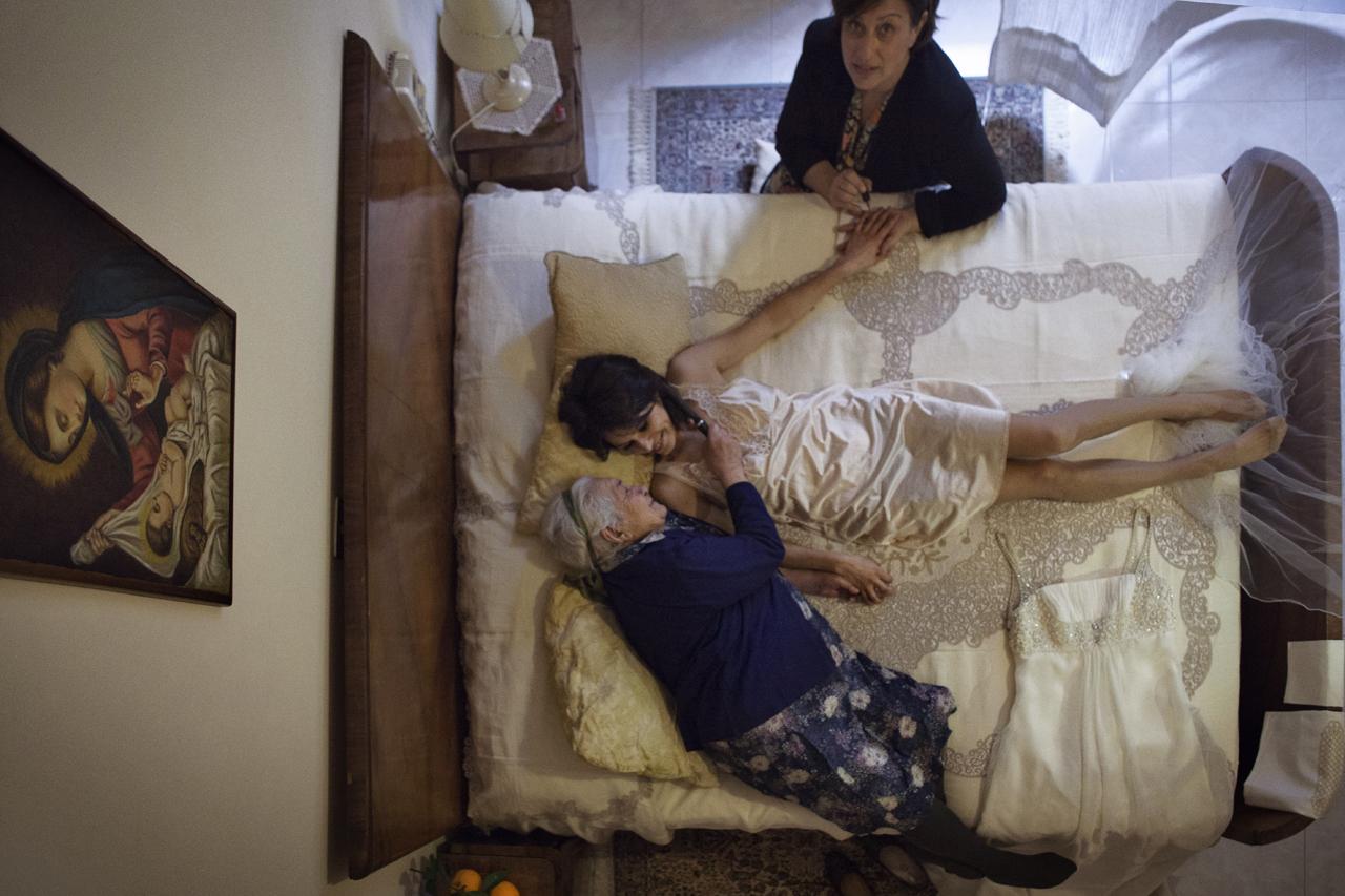 Calabria, Gioia Tauro (Reggio Calabria) / Valentina prima del matrimonioLa durata media dei matrimoni in Italia è di 16 anni. In Calabria nell'ultimo anno il Tribunale Ecclesiastico ha annullato 150 matrimoni.Naufragari è duci 'nta 'stu mari