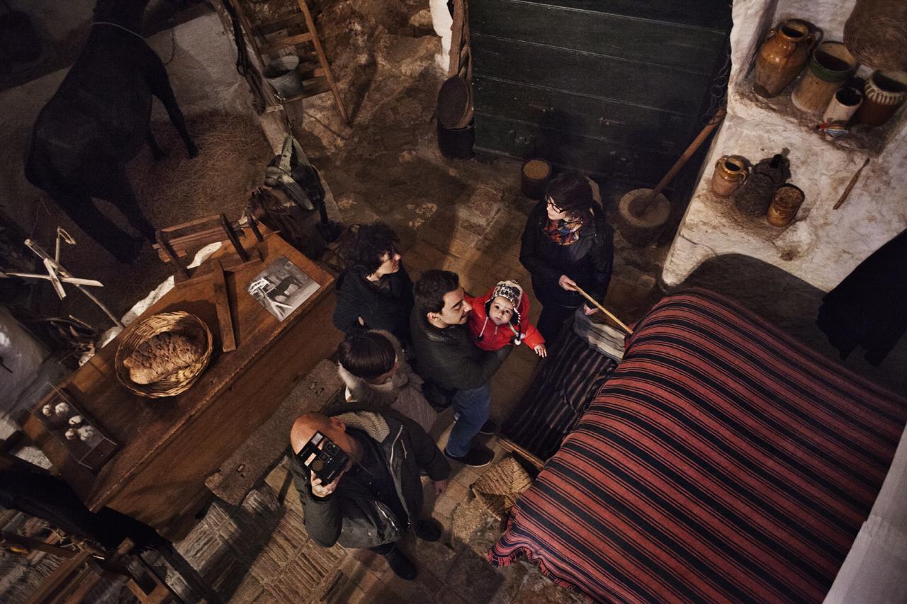 Basilicata, Matera /Visita alla casagrotta museo nei Sassi.I Sassi, abitazioni preistoriche scavate nel tufo, sorgono su una fitta rete di cisterne, neviere, cantine e grotte, in un'area di quasi 5.000 metri quadrati. Erano abitati fino agli anni '50.Jund a cuss' mer' vogghj naufragà
